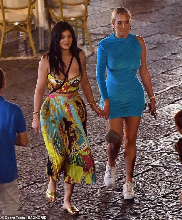 Kylie Jenner dạo phố mà cũng lên đồ như bà hoàng, gây chú ý nhất là vòng 1 khủng bị o ép như muốn nhảy ra ngoài - Ảnh 6.