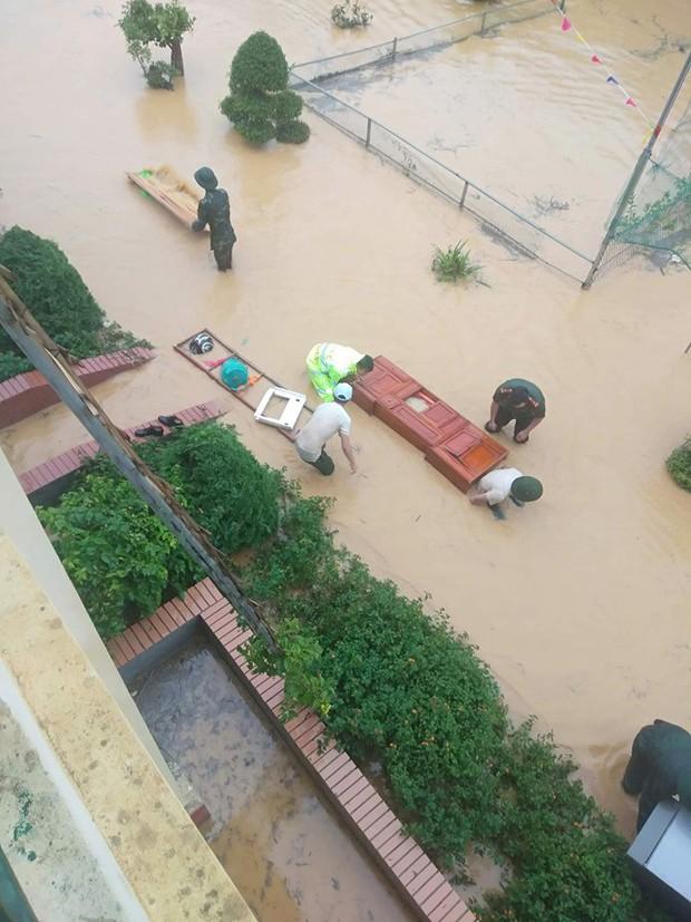 Clip: Ngập lụt kinh hoàng ở Lào Cai, người dân lội nước cứu hàng trăm xe máy nằm chìm nghỉm giữa sân trường - Ảnh 7.