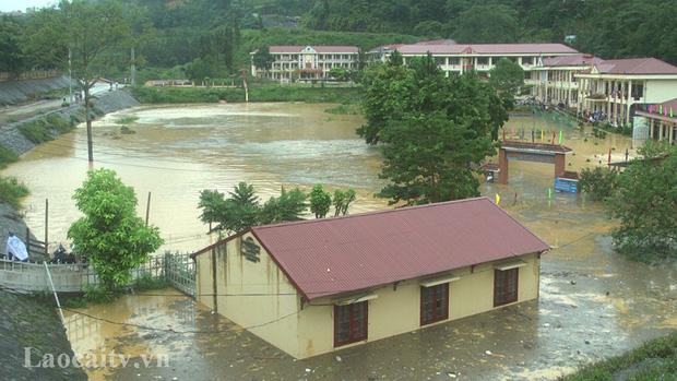 Clip: Ngập lụt kinh hoàng ở Lào Cai, người dân lội nước cứu hàng trăm xe máy nằm chìm nghỉm giữa sân trường - Ảnh 3.