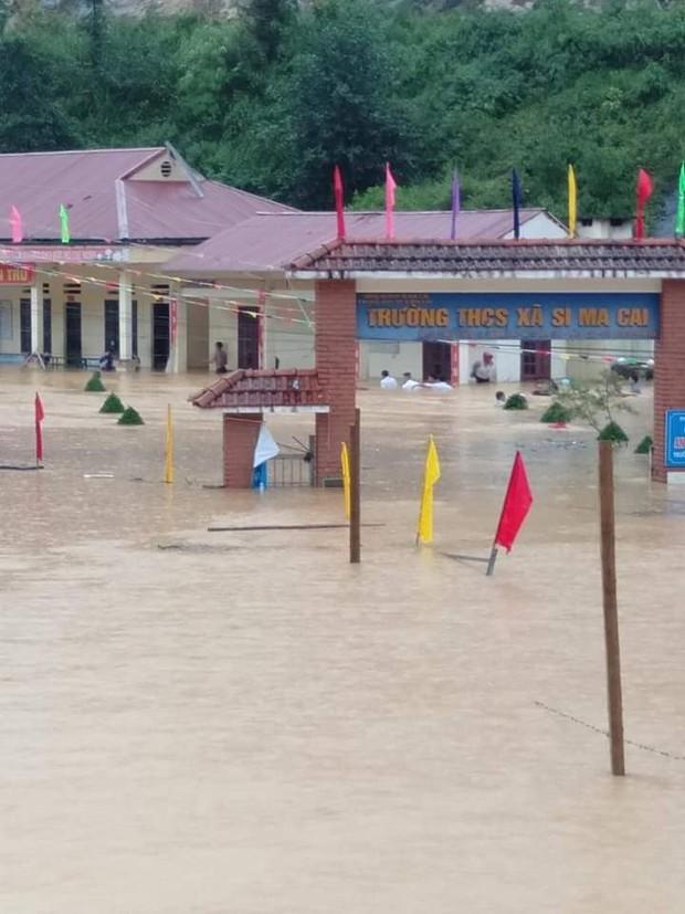 Clip: Ngập lụt kinh hoàng ở Lào Cai, người dân lội nước cứu hàng trăm xe máy nằm chìm nghỉm giữa sân trường - Ảnh 2.