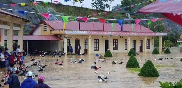 Clip: Ngập lụt kinh hoàng ở Lào Cai, người dân lội nước cứu hàng trăm xe máy nằm chìm nghỉm giữa sân trường - Ảnh 5.