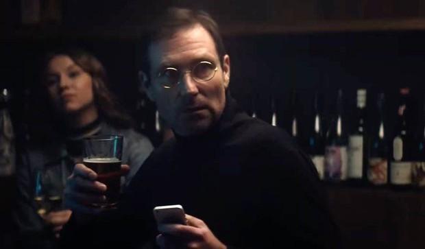 Steve Jobs bất ngờ đội mồ sống dậy, tay vẫn cầm iPhone nhắn tin trong quảng cáo mới? - Ảnh 2.
