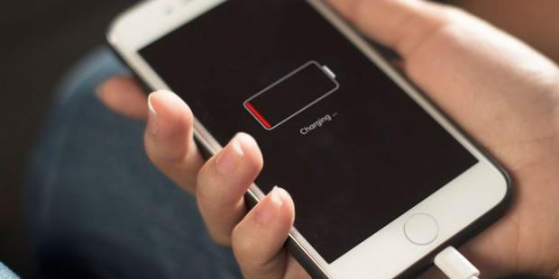 Từ giờ trở đi, thay sửa pin iPhone bừa bãi sẽ phải hối hận vì luật mới của Apple - Ảnh 1.