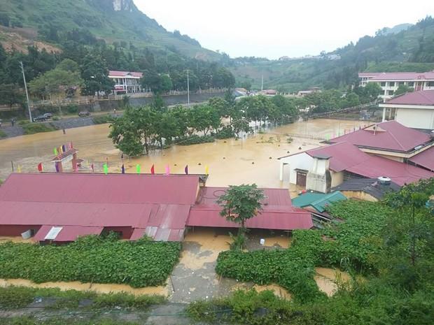 Clip: Ngập lụt kinh hoàng ở Lào Cai, người dân lội nước cứu hàng trăm xe máy nằm chìm nghỉm giữa sân trường - Ảnh 4.