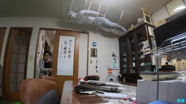 Bày trò với ông nội giả ma dọa bà nội, chàng YouTuber Nhật Bản nhận về cái kết cười đau cả bụng nhưng cũng gian nan phết - Ảnh 1.