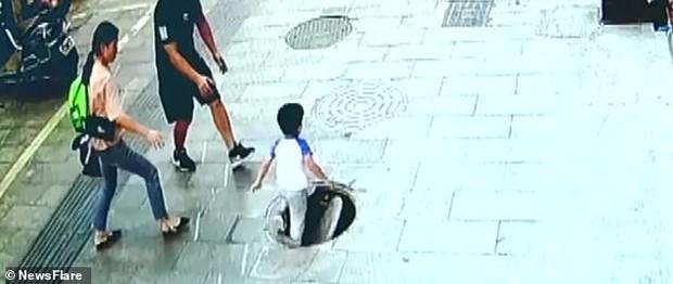 Bé trai suýt mất mạng vì thọt lỏm xuống hố ga, bố mẹ đi ngay bên cạnh cũng không kịp phản ứng - Ảnh 4.