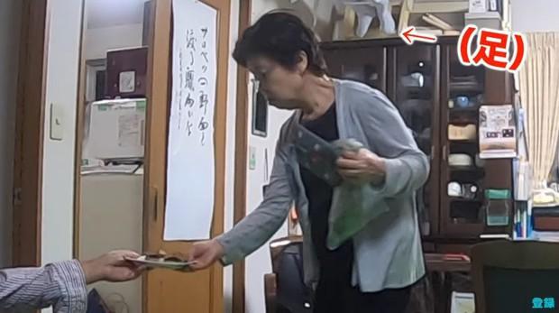 Bày trò với ông nội giả ma dọa bà nội, chàng YouTuber Nhật Bản nhận về cái kết cười đau cả bụng nhưng cũng gian nan phết - Ảnh 3.