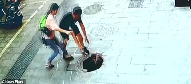Bé trai suýt mất mạng vì thọt lỏm xuống hố ga, bố mẹ đi ngay bên cạnh cũng không kịp phản ứng - Ảnh 5.
