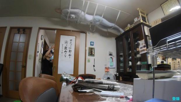 Bày trò với ông nội giả ma dọa bà nội, chàng YouTuber Nhật Bản nhận về cái kết cười đau cả bụng nhưng cũng gian nan phết - Ảnh 7.