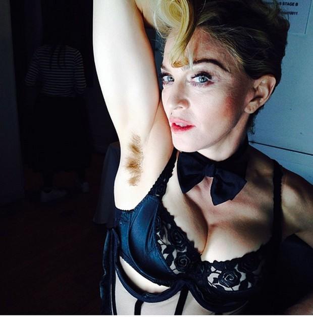 Mẫu ngực khủng nổi tiếng Emily Ratajkowski gây bão mạng vì tự tin khoe cả vùng lông nách trên tạp chí - Ảnh 4.