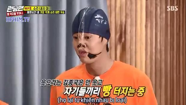 Jeon So Min bị phản ứng khi liên tục vén áo khoe bụng trước mặt Kim Jong Kook - Ảnh 2.