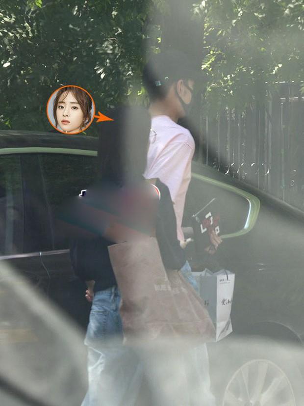 Cặp đôi chị - em mới của Cbiz: Nam chính Đông Cung lộ ảnh hẹn hò siêu ngọt ngào với mỹ nhân Tần Thời Minh Nguyệt - Ảnh 1.
