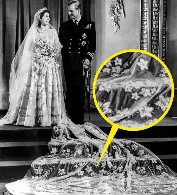 Những trang phục ẩn chứa mật mã của hoàng gia Anh: Công nương Kate đầy tinh tế nhưng ấn tượng nhất là chiếc váy báo thù của Diana - Ảnh 1.