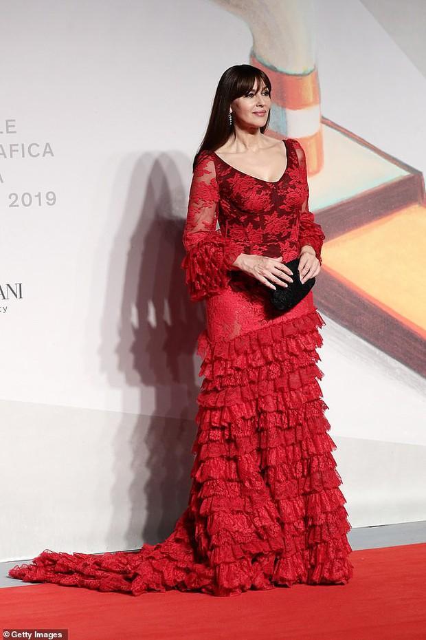 Nhan sắc huyền thoại bị đánh đập chỉ vì quá đẹp chiếm spotlight thảm đỏ Venice, vẻ đẹp không suy giảm sau 2 thập kỷ - Ảnh 2.