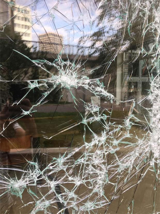 Đẳng cấp họa sĩ: Đập nứt cửa kính cũng tạo ra bức chân dung tuyệt tác, càng nhìn càng mê - Ảnh 2.
