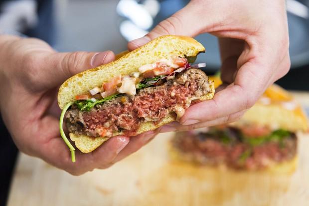 """Dùng thịt thuần chay từ thực vật, loạt thức ăn nhanh bình dân bỗng cháy hàng ở Mỹ: Khi """"sống xanh"""" không chỉ dành cho giới nhà giàu - Ảnh 2."""