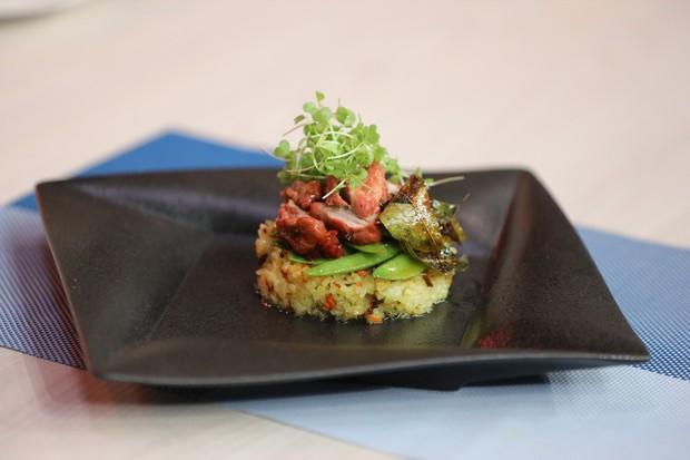 Gil Lê hóa tiên cá mắc cạn, khoe tài nấu ăn trên show truyền hình - Ảnh 5.