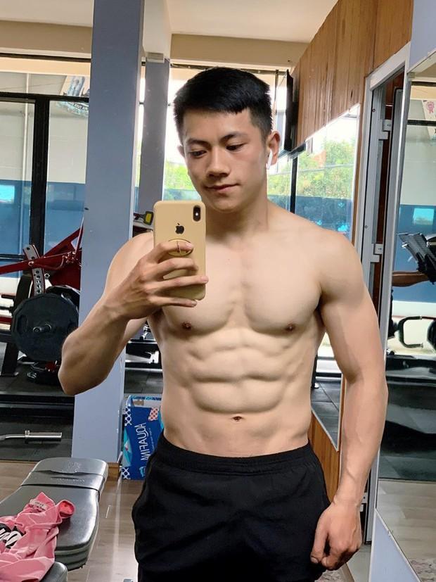 Thầy giáo trẻ sinh năm 1997 ở Đà Lạt gây sốt với body 6 múi cuồn cuộn: Đẹp trai, cơ bắp thế này ai mà chẳng thích đi học! - Ảnh 2.