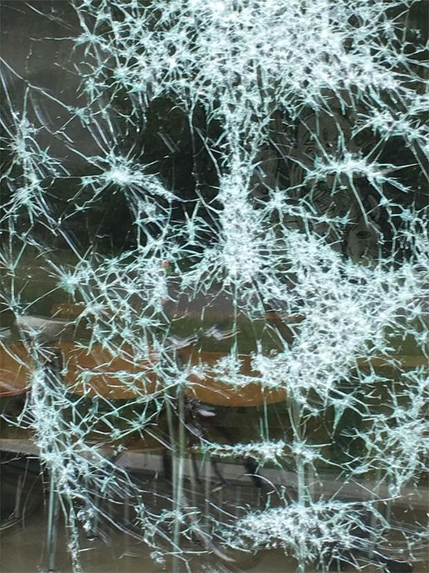 Đẳng cấp họa sĩ: Đập nứt cửa kính cũng tạo ra bức chân dung tuyệt tác, càng nhìn càng mê - Ảnh 4.