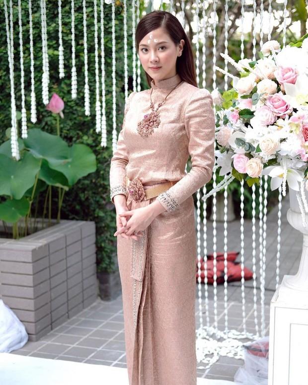 Sau 5 tháng, mỹ nhân Chiếc lá bay Baifern gây sốt trở lại khi diện trang phục truyền thống Thái Lan cực xinh đẹp - Ảnh 2.
