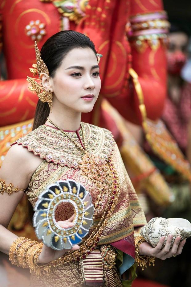 Sau 5 tháng, mỹ nhân Chiếc lá bay Baifern gây sốt trở lại khi diện trang phục truyền thống Thái Lan cực xinh đẹp - Ảnh 4.