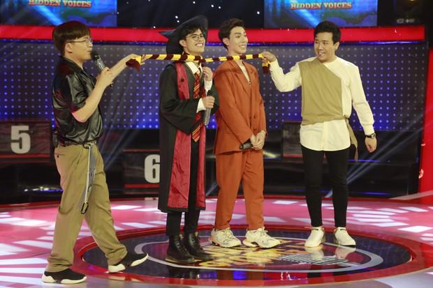 Trấn Thành, Trường Giang... cổ vũ Erik ôm, hôn trai đẹp trên sân khấu - Ảnh 6.