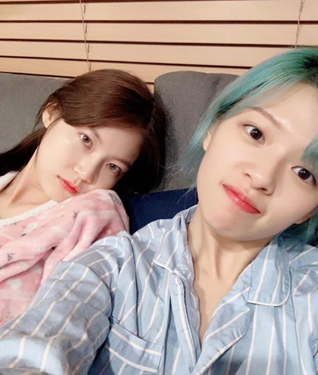Nữ diễn viên họ Gong lần đầu hé lộ thu nhập quá chênh so với em gái Jungyeon (TWICE), thái độ bố mẹ gây chú ý lớn - Ảnh 3.