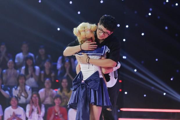 Trấn Thành, Trường Giang... cổ vũ Erik ôm, hôn trai đẹp trên sân khấu - Ảnh 13.