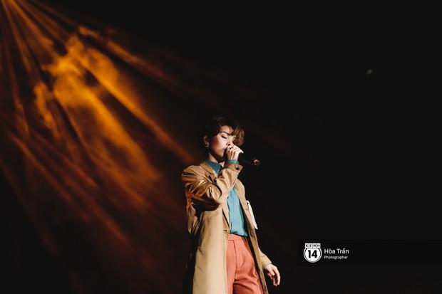 Vũ Cát Tường đem tiểu tinh cầu lên sân khấu liveshow đầy hoành tráng, lần đầu hát live ca khúc mới toanh chiêu đãi khán giả Hà Nội - Ảnh 1.
