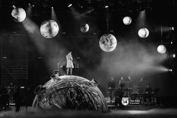 Vũ Cát Tường đem tiểu tinh cầu lên sân khấu liveshow đầy hoành tráng, lần đầu hát live ca khúc mới toanh chiêu đãi khán giả Hà Nội - Ảnh 4.