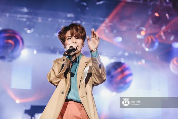 Vũ Cát Tường đem tiểu tinh cầu lên sân khấu liveshow đầy hoành tráng, lần đầu hát live ca khúc mới toanh chiêu đãi khán giả Hà Nội - Ảnh 14.