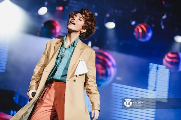 Vũ Cát Tường đem tiểu tinh cầu lên sân khấu liveshow đầy hoành tráng, lần đầu hát live ca khúc mới toanh chiêu đãi khán giả Hà Nội - Ảnh 15.