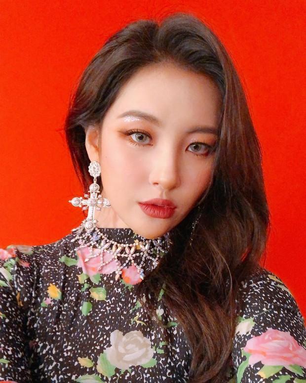 Idol Hàn đeo lens sáng màu: xuất sắc có Irene, Jennie... còn giống ma sói nhất là Hwasa, Hyuna - Ảnh 7.