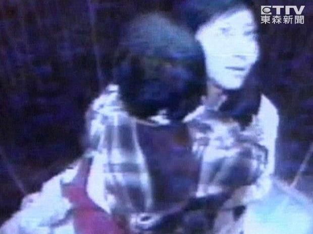 Vụ mất tích bí ẩn chấn động Đài Loan: Mẹ ôm con vào thang máy cởi áo khoác và giày rồi lao ra ngoài biến mất suốt 11 năm - Ảnh 1.