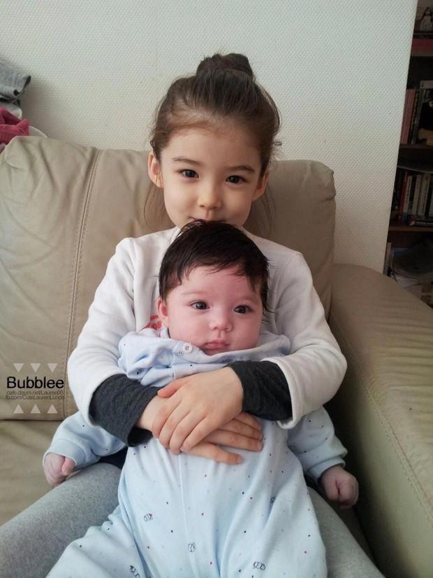 Cặp chị em con lai được mệnh danh đẹp nhất Hàn Quốc giờ đã lớn và có sự khác biệt rất nhiều về khoản nhan sắc - Ảnh 1.