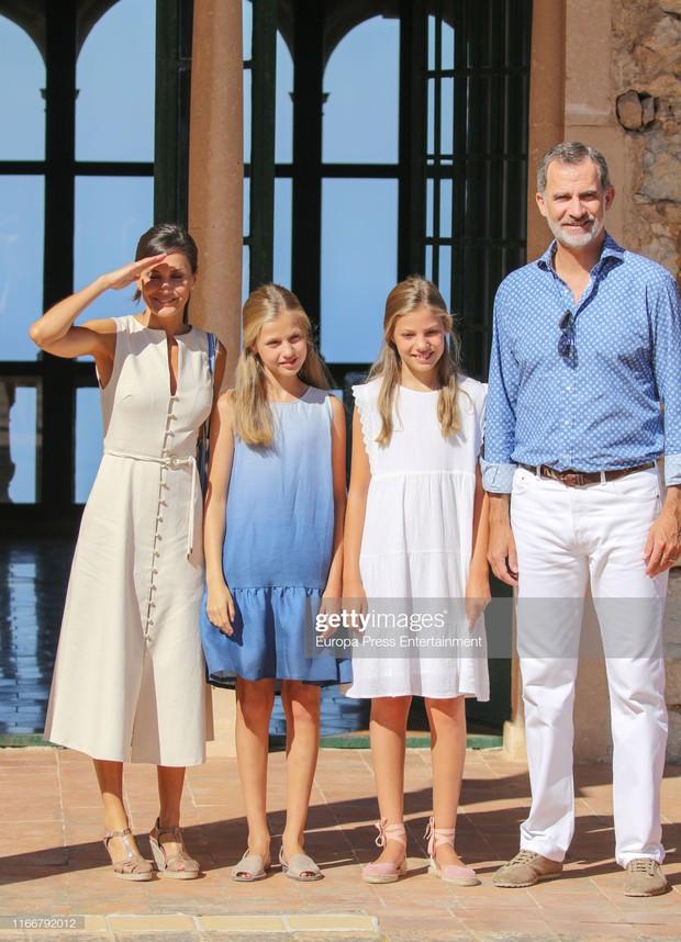 Hai công chúa nhỏ của Tây Ban Nha: Càng lớn càng trổ nhan sắc tuyệt phẩm, style đúng chuẩn lá ngọc cành vàng - Ảnh 1.