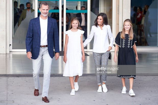 Hai công chúa nhỏ của Tây Ban Nha: Càng lớn càng trổ nhan sắc tuyệt phẩm, style đúng chuẩn lá ngọc cành vàng - Ảnh 2.