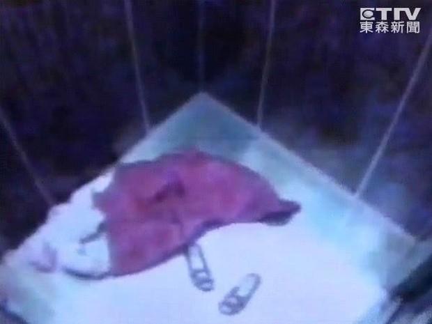 Vụ mất tích bí ẩn chấn động Đài Loan: Mẹ ôm con vào thang máy cởi áo khoác và giày rồi lao ra ngoài biến mất suốt 11 năm - Ảnh 3.