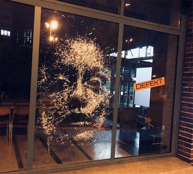 Đẳng cấp họa sĩ: Đập nứt cửa kính cũng tạo ra bức chân dung tuyệt tác, càng nhìn càng mê - Ảnh 6.