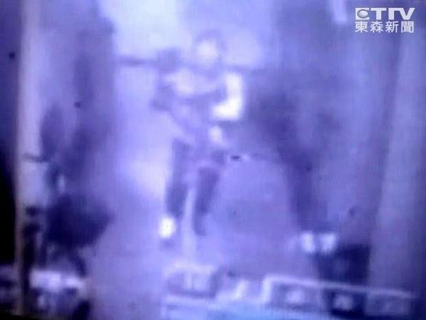 Vụ mất tích bí ẩn chấn động Đài Loan: Mẹ ôm con vào thang máy cởi áo khoác và giày rồi lao ra ngoài biến mất suốt 11 năm - Ảnh 4.