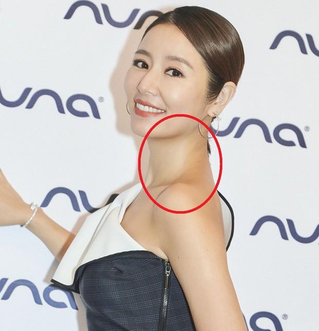 Diện đầm xẻ khoe chân thon, Lâm Tâm Như vẫn tụt điểm nhan sắc vì lỗi makeup mặt một đằng người một nẻo - Ảnh 4.