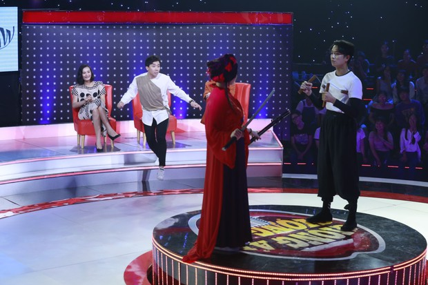 Trấn Thành, Trường Giang... cổ vũ Erik ôm, hôn trai đẹp trên sân khấu - Ảnh 10.