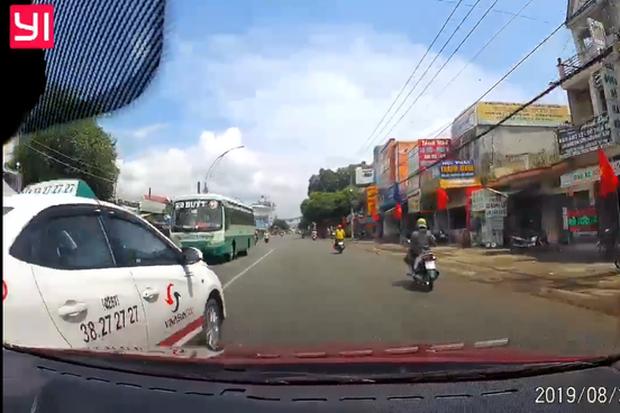 Clip: Taxi chạy ẩu đối mặt xe khách, tạt đầu xe con, gây tai nạn cho 2 chiếc xe máy - Ảnh 2.