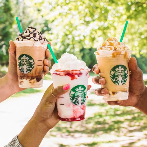 Chuyện khôi hài ở Starbucks: Món đồ uống gây bão tới mức được in hẳn lên áo thun, nhưng tìm trong thực đơn thì… không thấy - Ảnh 1.