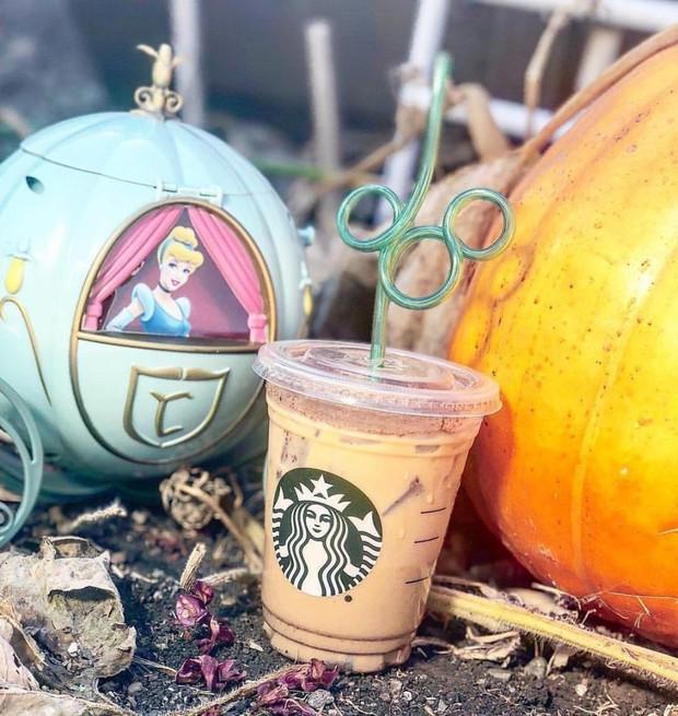 Chuyện khôi hài ở Starbucks: Món đồ uống gây bão tới mức được in hẳn lên áo thun, nhưng tìm trong thực đơn thì… không thấy - Ảnh 2.