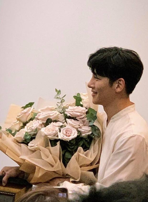 Lừa fan rằng Ji Chang Wook đã ra sân bay về Hàn Quốc nhưng thật ra nam diễn viên vẫn đang ở khách sạn chụp ảnh cười phớ lớ đây này? - Ảnh 2.