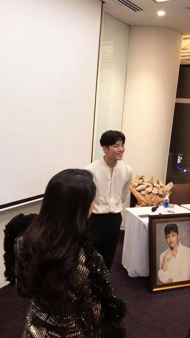 Lừa fan rằng Ji Chang Wook đã ra sân bay về Hàn Quốc nhưng thật ra nam diễn viên vẫn đang ở khách sạn chụp ảnh cười phớ lớ đây này? - Ảnh 3.