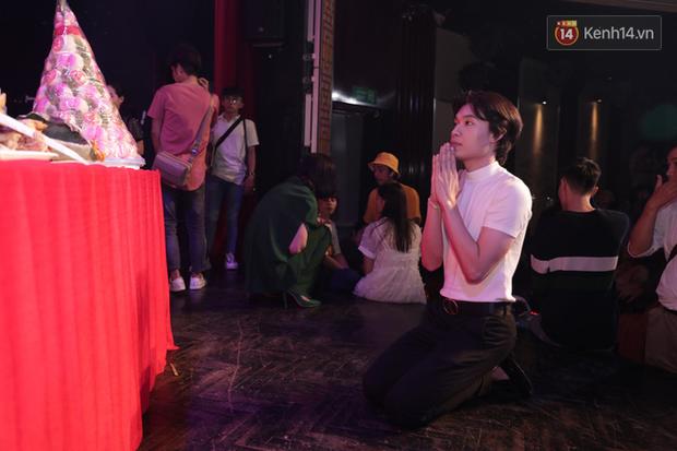 Jun Vũ, Linh Ka xuất hiện rạng rỡ cùng dàn nghệ sĩ thành kính dâng hương cúng Tổ nghề tại sân khấu Thế giới trẻ - Ảnh 9.