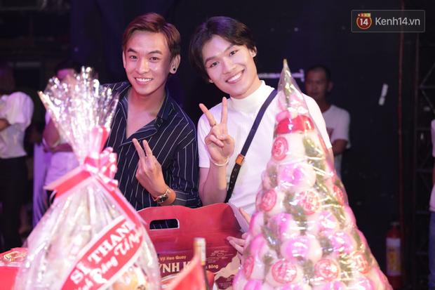 Jun Vũ, Linh Ka xuất hiện rạng rỡ cùng dàn nghệ sĩ thành kính dâng hương cúng Tổ nghề tại sân khấu Thế giới trẻ - Ảnh 8.