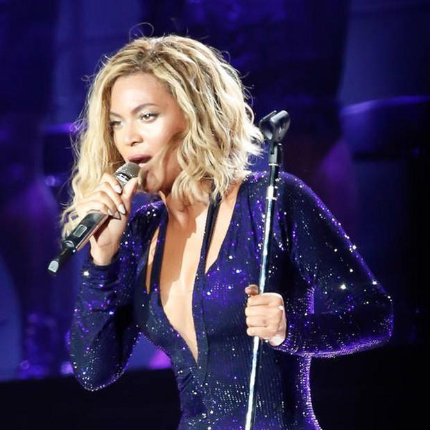 Sao US-UK bị tấn công trên sân khấu: Nếu Beyoncé, Taylor Swift hốt hoảng lo sợ thì Rihanna sẵn sàng đập thẳng vào mặt fan cuồng - Ảnh 11.